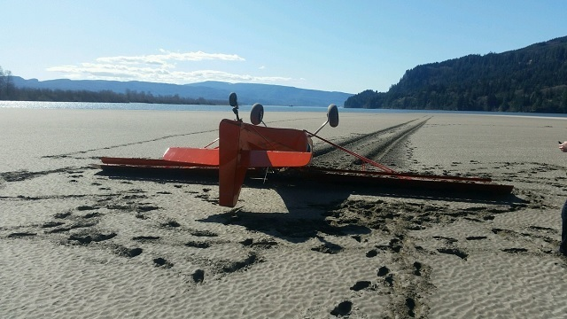 Small plane crashes near Columbia River; no one injured