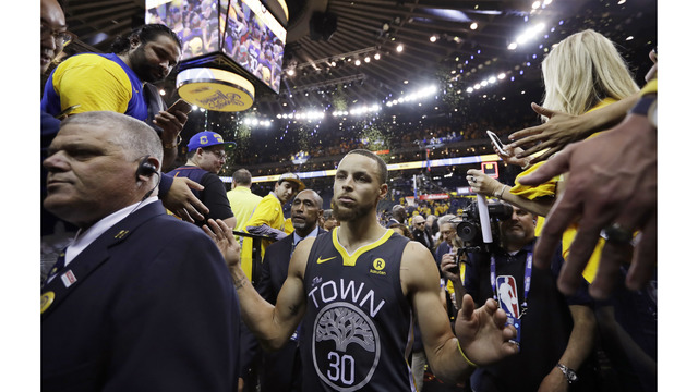 Curry dazzles from deep, Warriors take 2-0 Finals lead